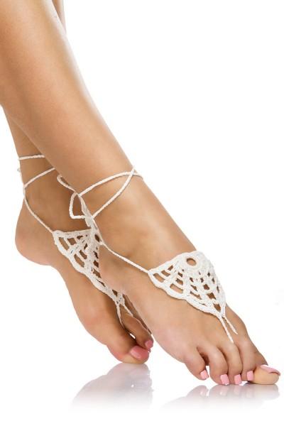 Weiße Damen Häkelgamaschen zum binden mit Zehenschlaufe und geflochtene Bändchen