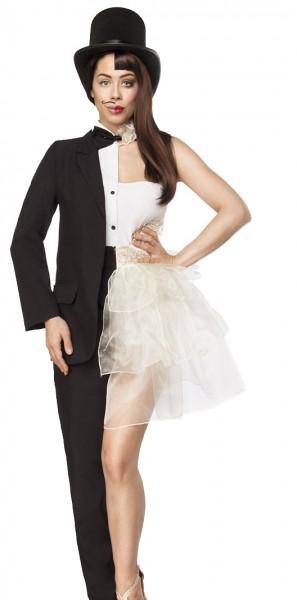 Weißes Mann-Frau Outfit mit Schulterausschnitt und Herrenanzug im Hosenrock Style sowie schwarz weiß