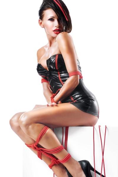 Damen Dessous Kleid mit T-String und Seile in schwarz rot aus wetlook Material mit Netz und Reißvers