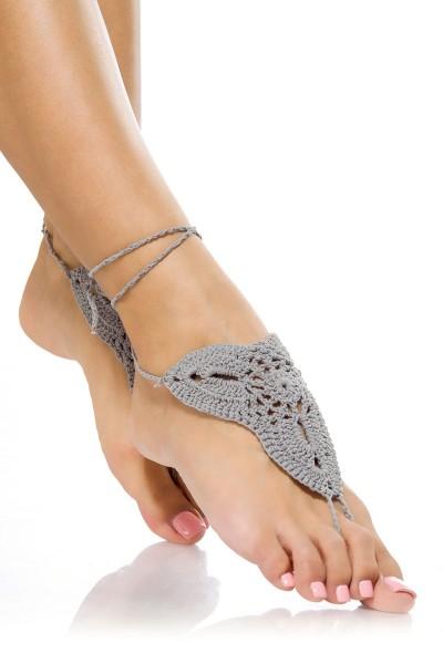 Graue Damen Häkelgamaschen zum binden mit Zehenschlaufe und geflochtene Bändchen