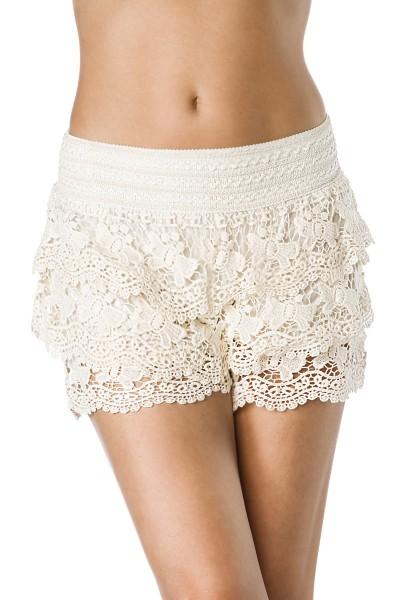 Weiße lange Spitzenshorts in Häkelspitze aus Baumwolle mit weichem Bündchen