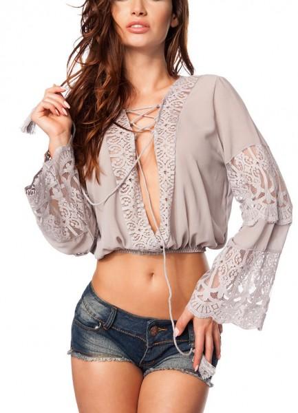 Taupe Bluse mit Spitze und V-Ausschnitt im Boho Style sowie langen Ärmeln zum schnüren