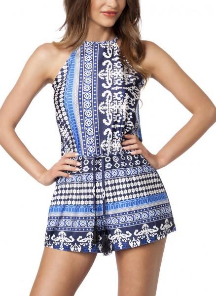 Blaues Playsuit zum binden am Rücken und buntem Muster im Hosenrock Style sowie tiefer Ausschnitt am